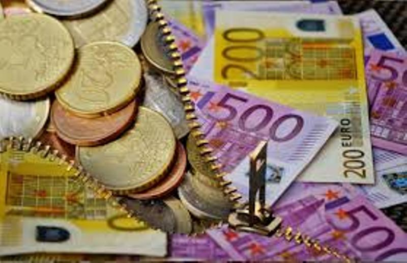 Yvancos Abogados. Comisión de apertura. Foto de una cremallera sobre billetes que se abre y muestra que debajo hay más monedas.